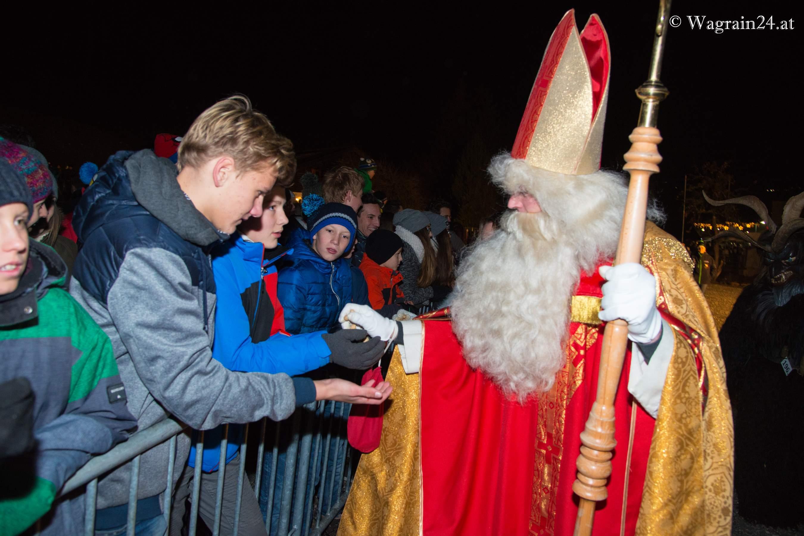 Nikolaus verteilt geschenke